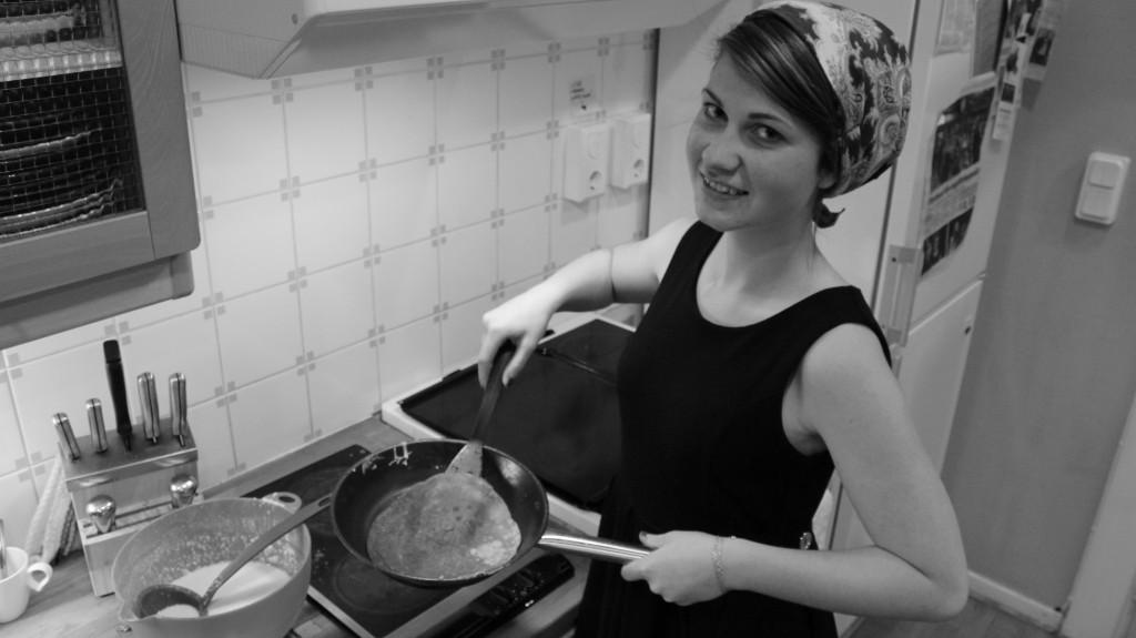 Emma styr upp pannkakor till ett gäng hungriga utredare.