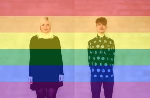 """""""Julia Lindh och Jakob Amnér med Prideflaggan i bakgrunden."""""""